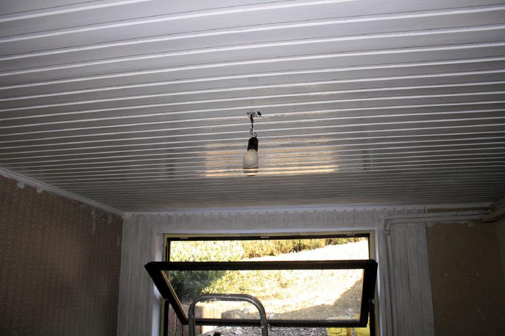 Eiken Keuken Verven Thuis : Duidelijk te zien is het verschil tussen gelakt plafond en gedeelte