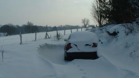 auto in de sneeuwhoop