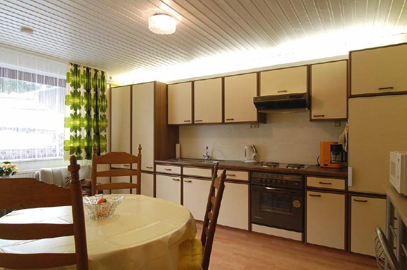 Cocina sal n wirtzfeld valley appartement ardennen - Salon cocina pequeno ...