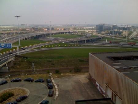 In de verte luchthaven Zaventem met veel toestellen aan de grond...