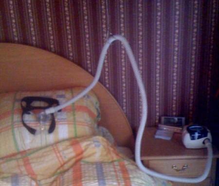 slanghouder voor de CPAP apparatuur boven mijn hoofdkussen
